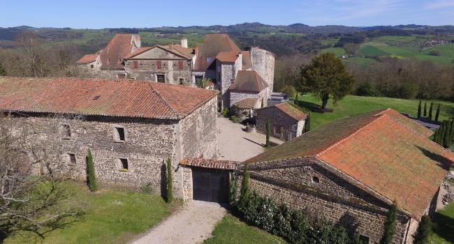 Photo du jardin du Château de Bois Rigaud dans le Puy-de-Dôme. Le Château dispose d'un jardin privatif de plus de 3000 m² où les mariés peuvent organiser une cérémonie laïque dans une atmosphère champêtre.