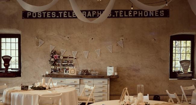 Photo d'une salle de réception du château de Bois Rigaud en Auvergne-Rhone-Alpes, décorée pour un mariage. La salle de réception au premier étage peut assoir 120 personnes