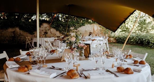 Photo du chapiteau de mariage du château de Bois Rigaud en Auvergne qui peut assoir 120 personnes