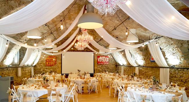 Photo d'une salle de réception du château de Bois Rigaud en Auvergne-Rhone-Alpes, décorée pour un mariage. La salle de réception au premier étage peut assoir 100 personnes.