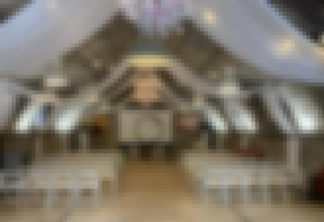 Photo d'une salle de séminaire préparée en disposition théatre au château de Bois Rigaud pour un séminaire près d'Issoire